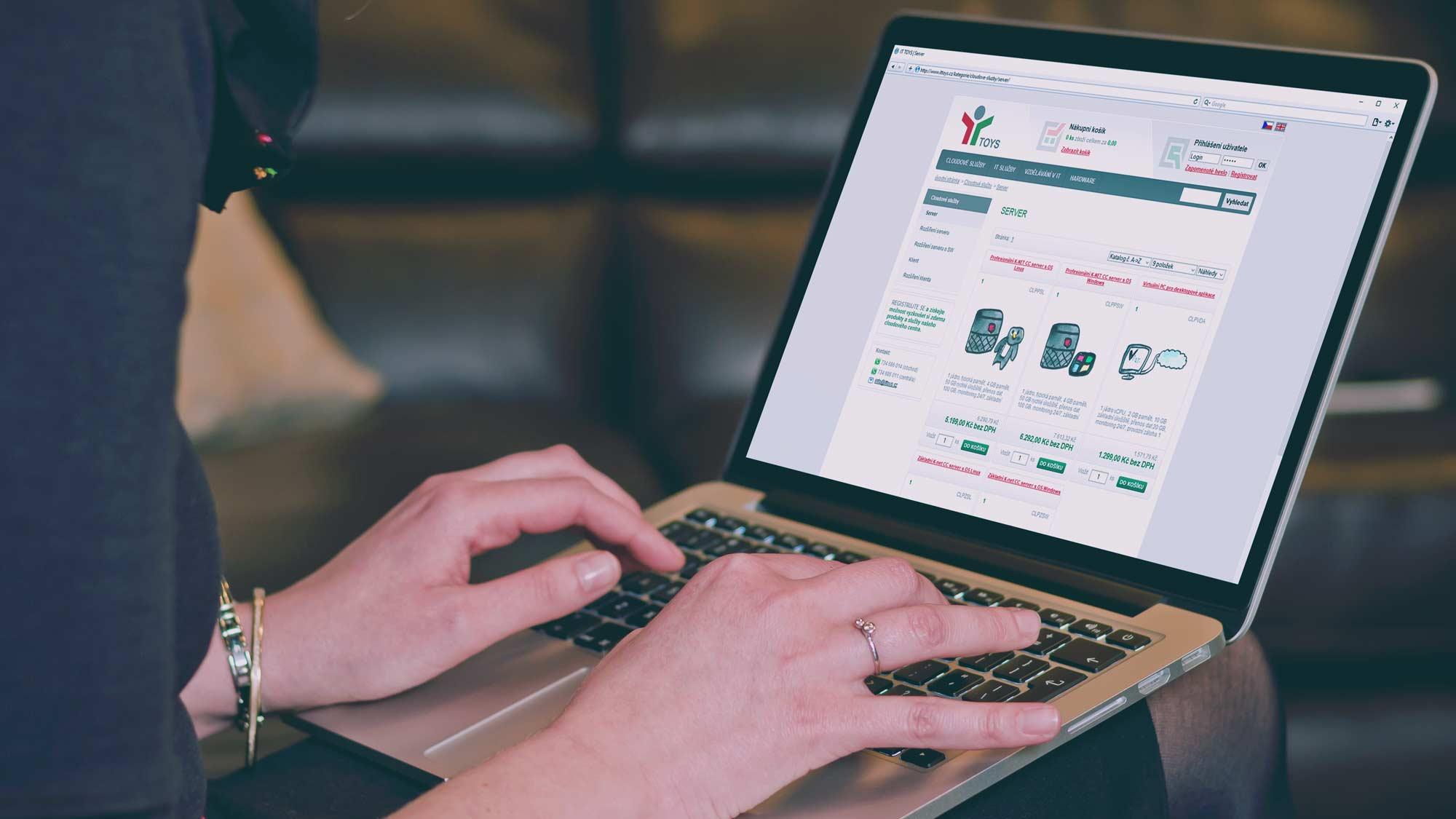 žena surfující po internetovém obchodě K-net