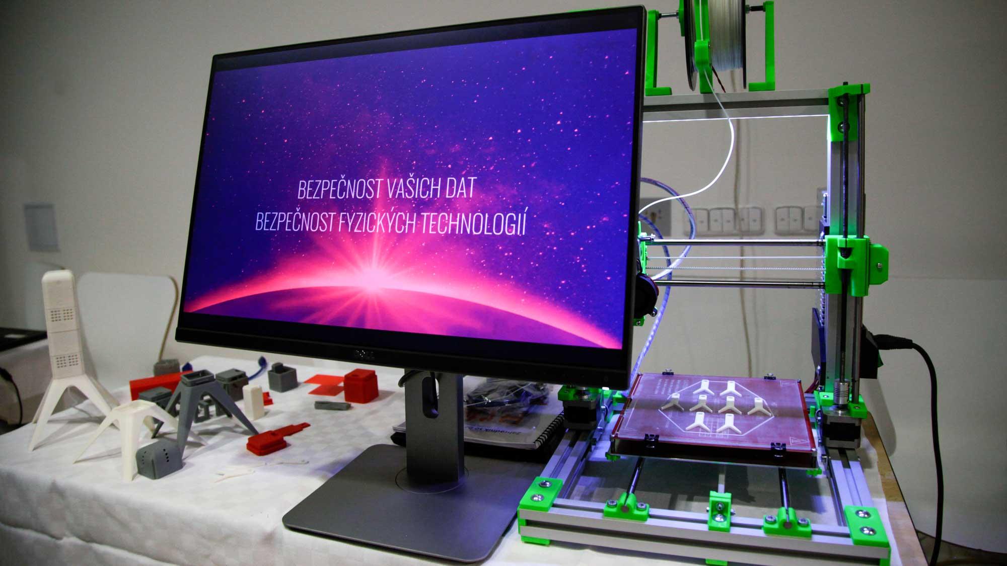 pohled na 3d tiskárnu používanou Simonem z K-netu k modelování prototypů netSense