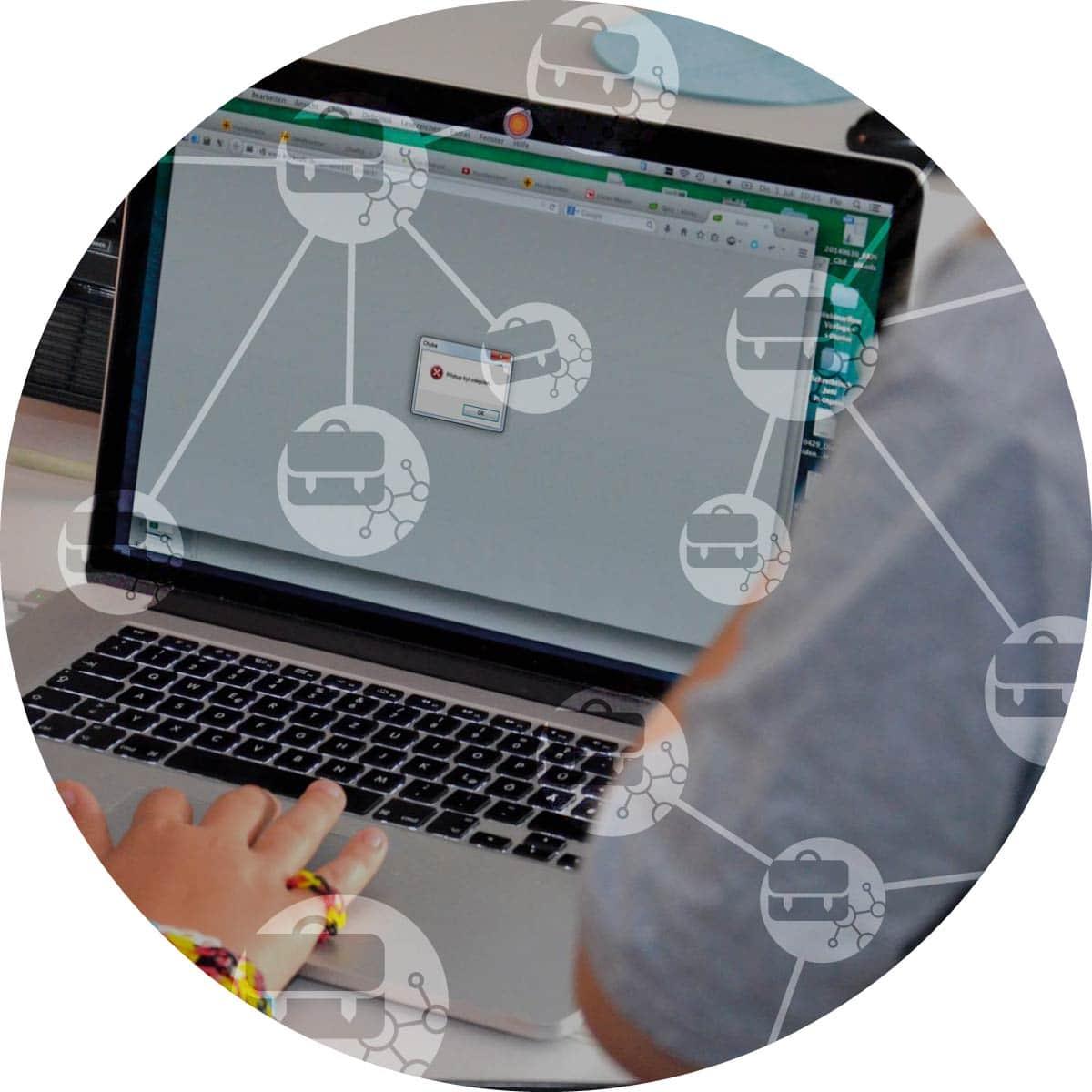 pohled na dítě před počítačem s logem IT pro skoly