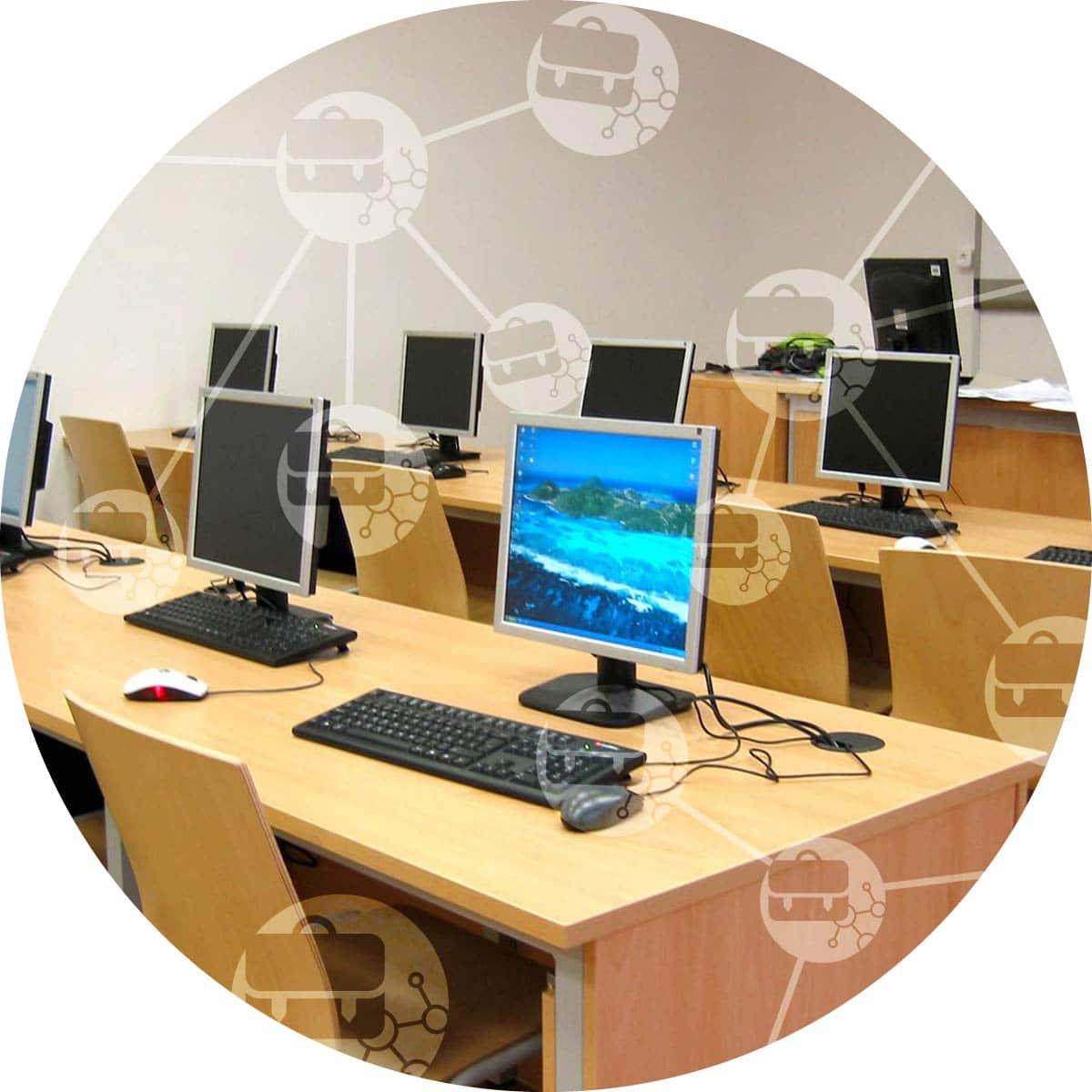 Pohled na učebnu s logem IT pro skoly