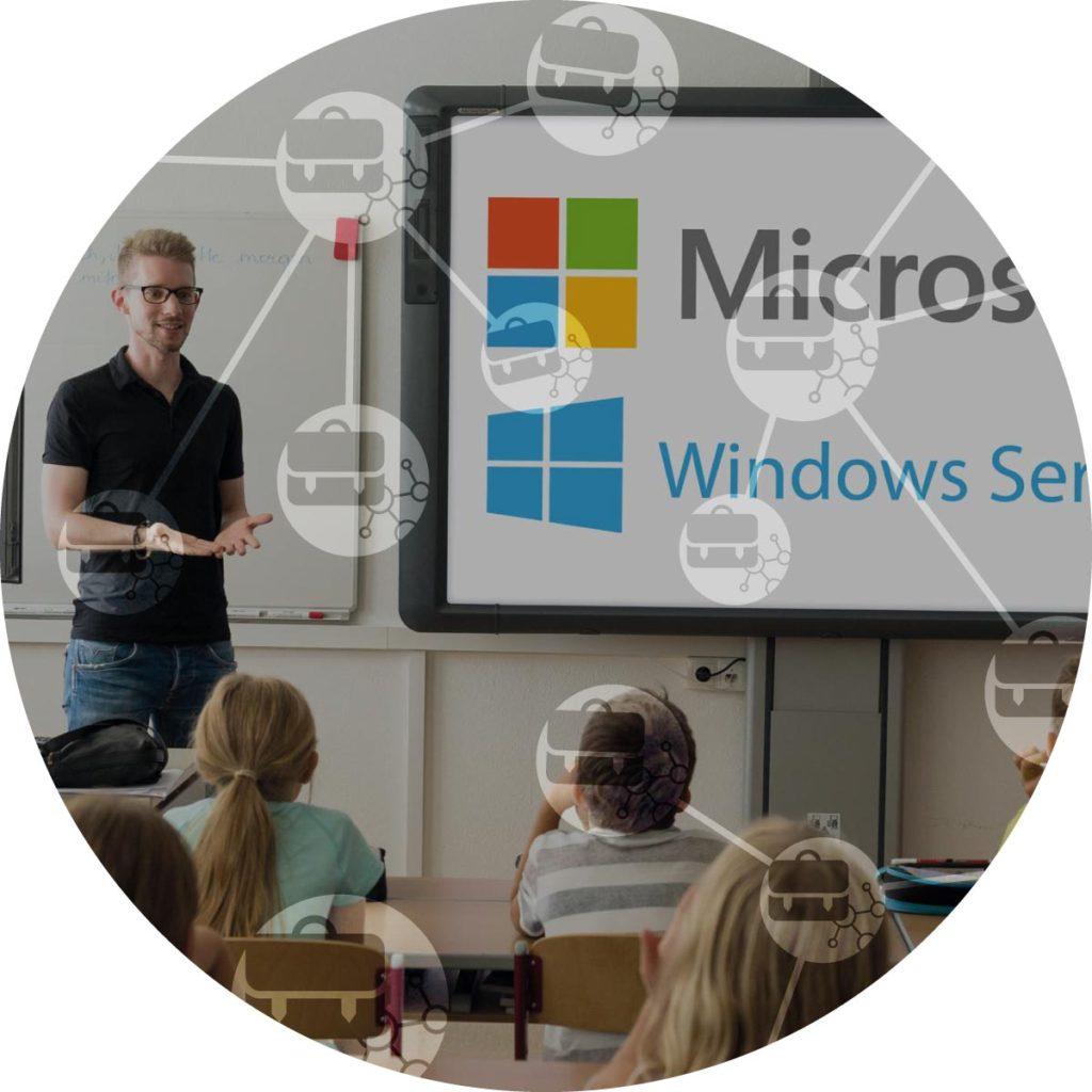 Pohled na učitele před tabuli mluvit se svými studenty slogem IT pro skoly