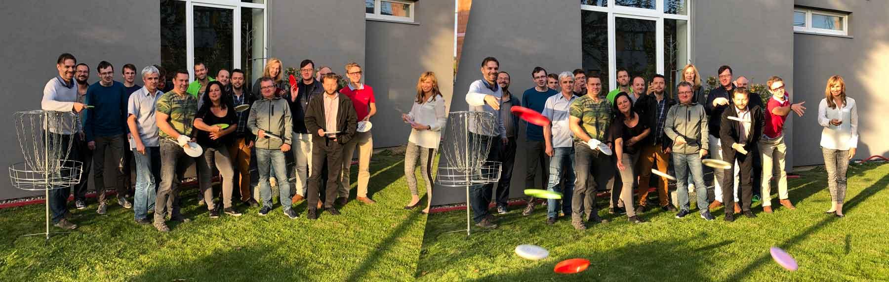 Celý tým K-net hrající disk golf
