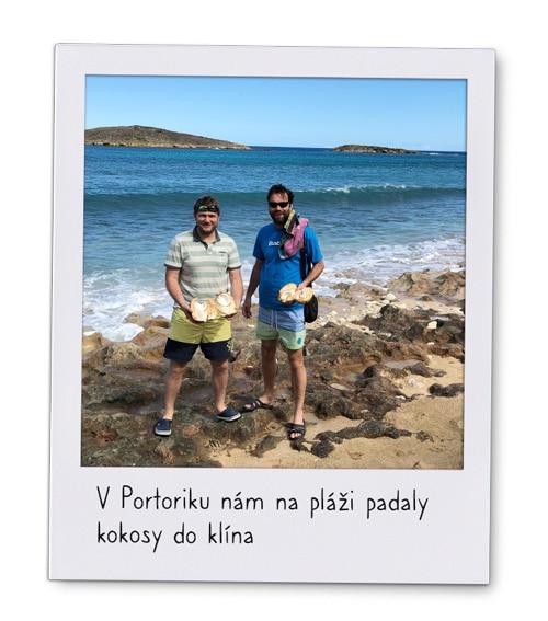 Petr aTomáš zK-netu na pláži zvedli kokosy