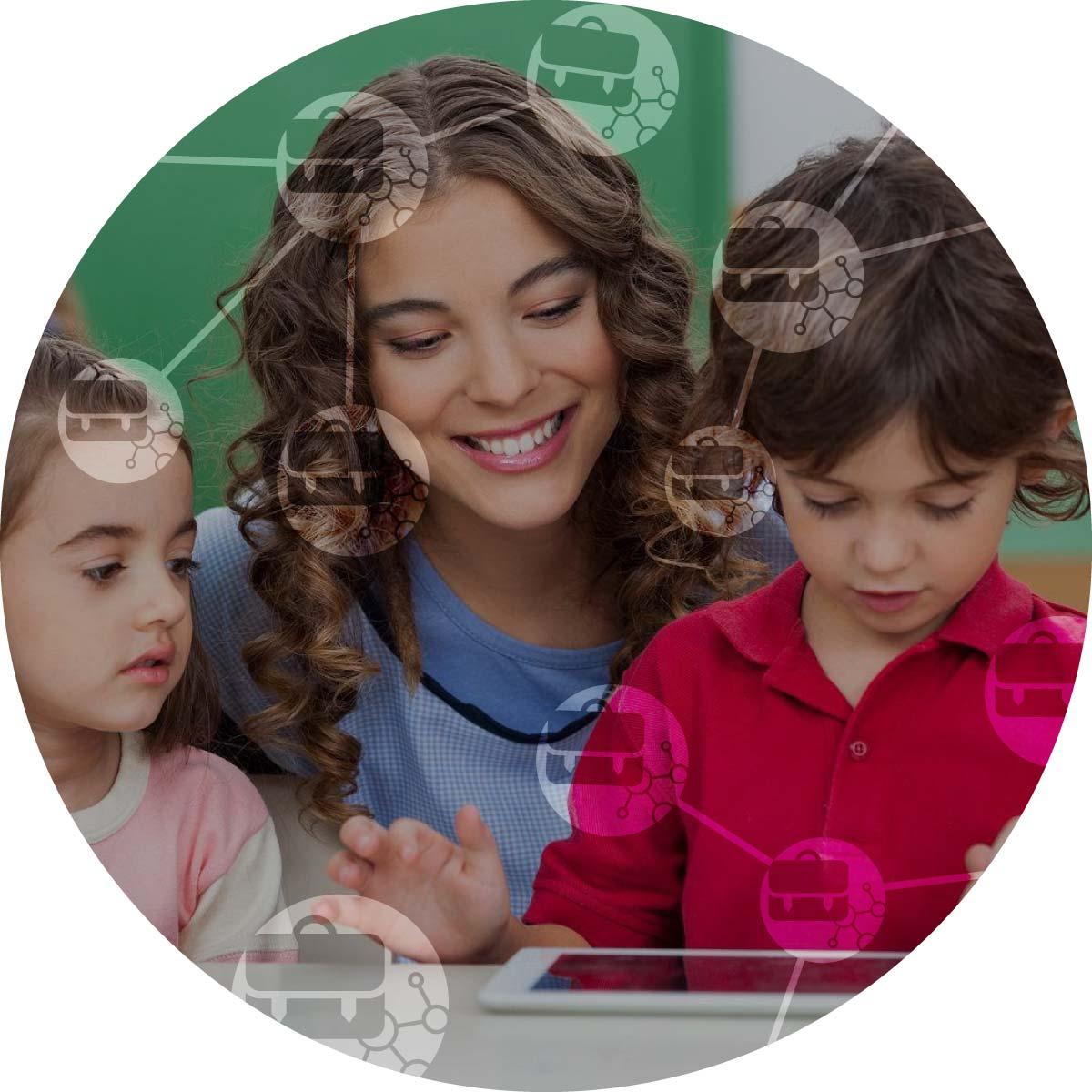 Učitelka a dvě děti se dívají na tablet