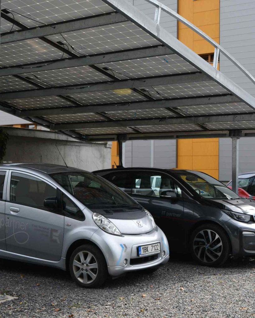 Stříška sfotovoltaickou elektrárnou pro dobíjení elektromobilů K-net