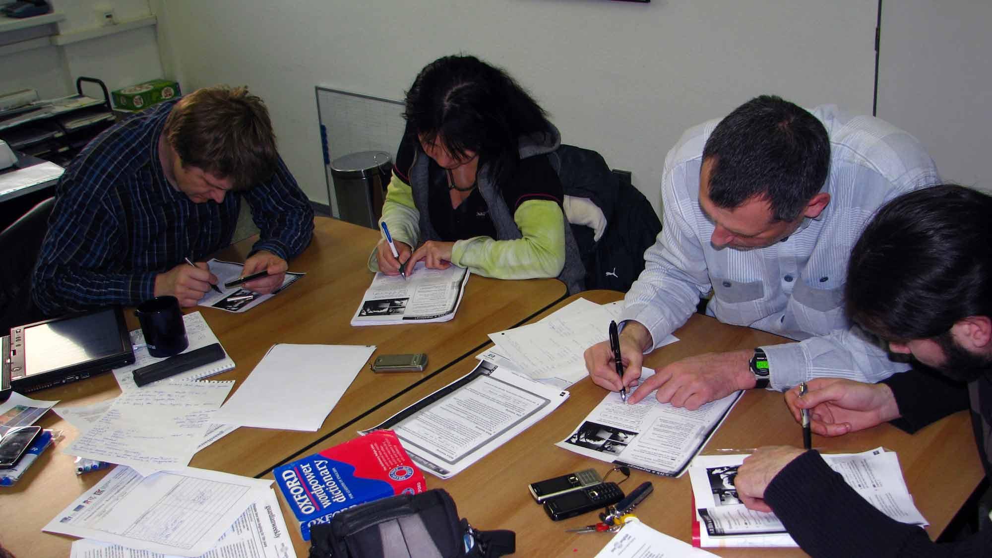 Zaměstnanci společnosti K-net přezkoumávají angličtinu
