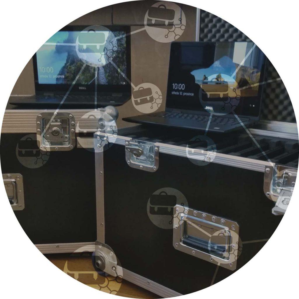 Pohled na bedny apočítače představující mobilní učebny
