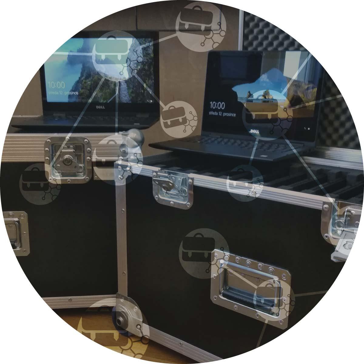 Pohled na bedny a počítače představující mobilní učebny