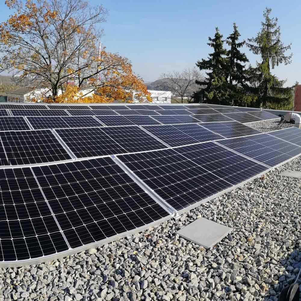 pohled na fotovoltaické panely na střeše budovy K-net v Brně