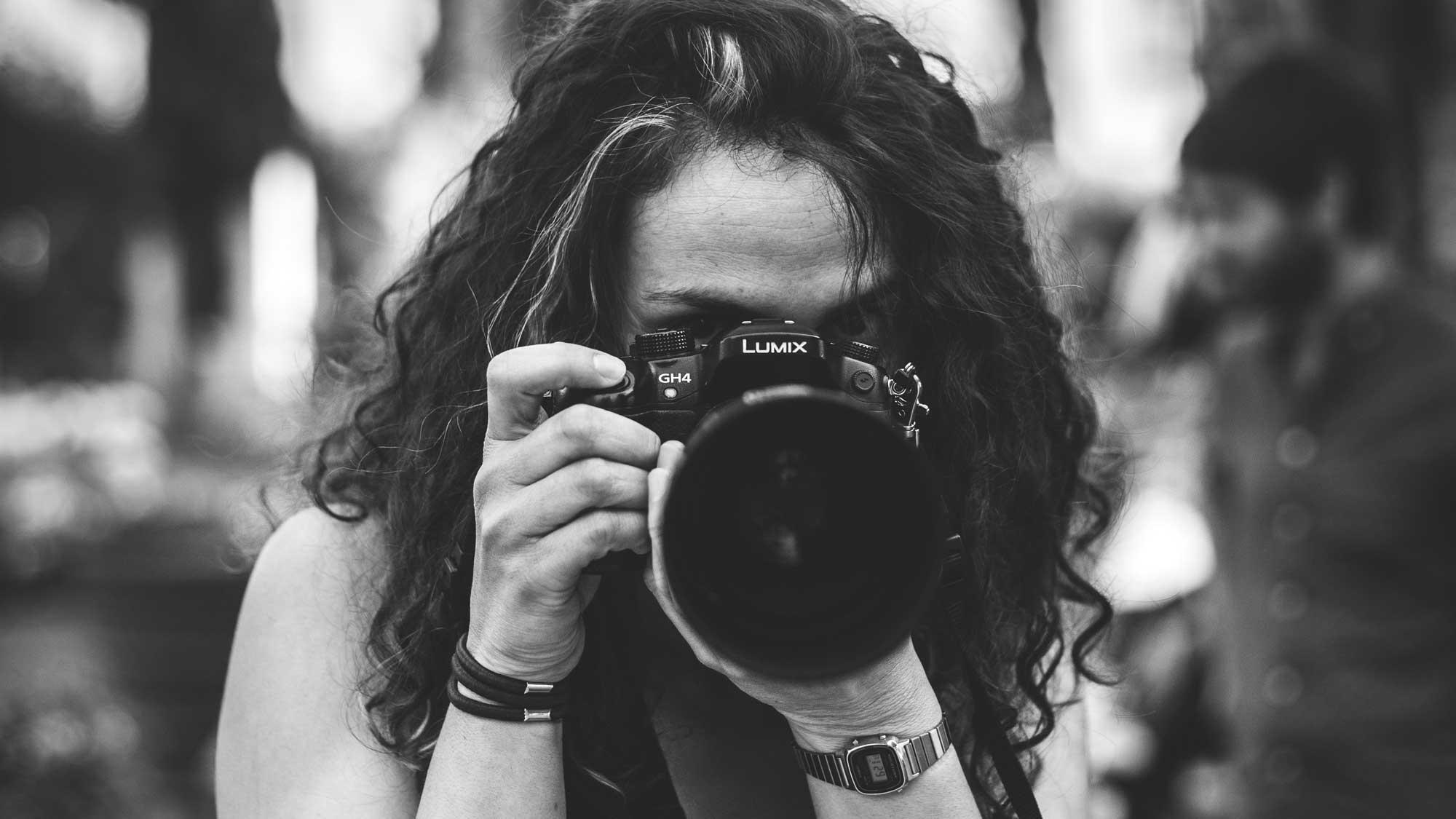 žena vyfotí s profesionální kamerou