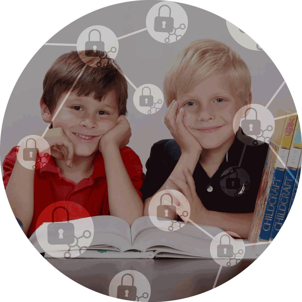 dva malí chlapci ve třídě a ikony GDPR