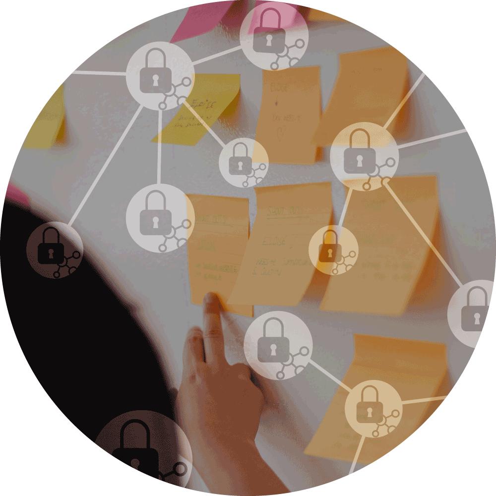 XL ikona Implementace GDPR, žena konzultuje úkoly na post-it