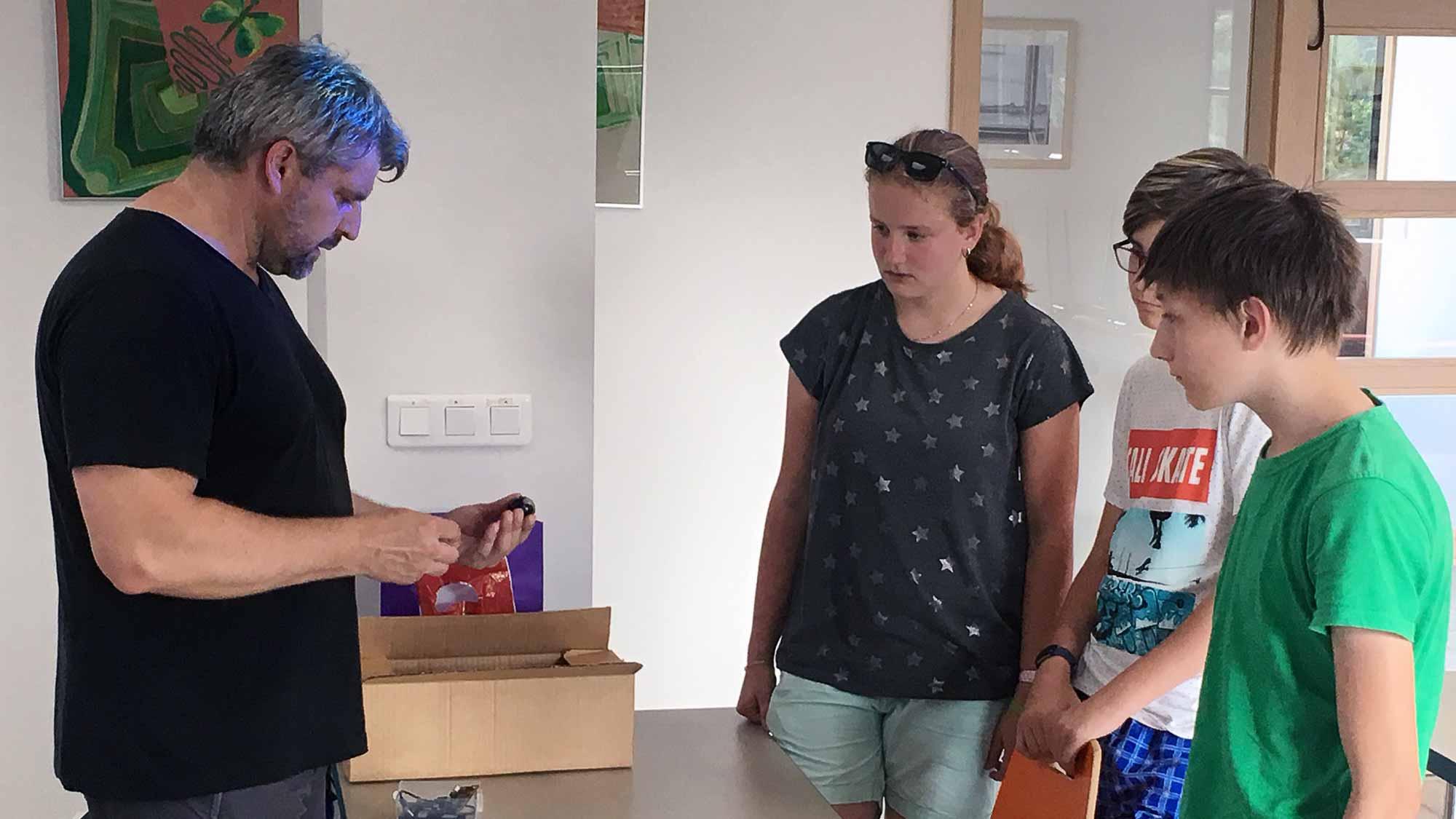 Miroslav Sláma něco vysvětluje dětem během IT kroužku v Olešnici