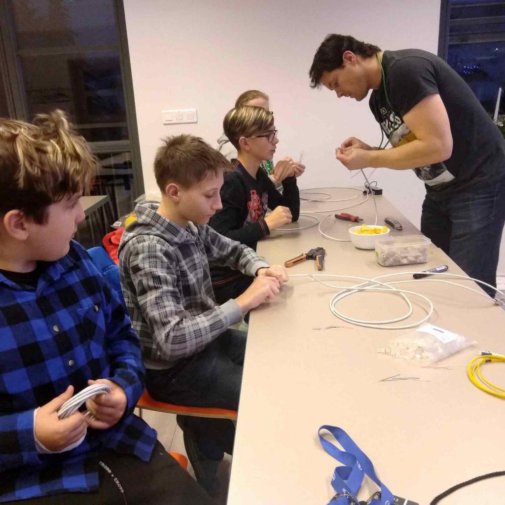 Jirka, technik z K-net, vysvětluje dětem, jak se zapojit