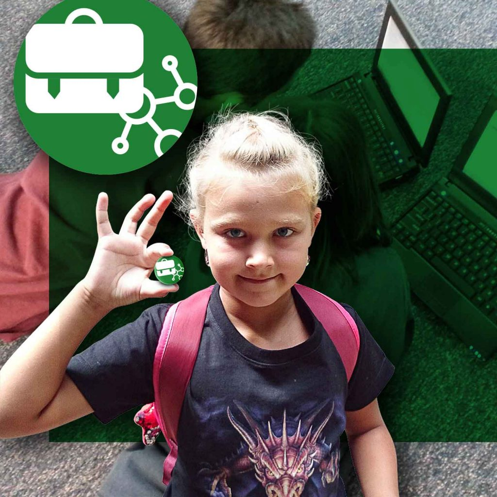 Holčička s batohem ukazuje logo K-net IT pro školy