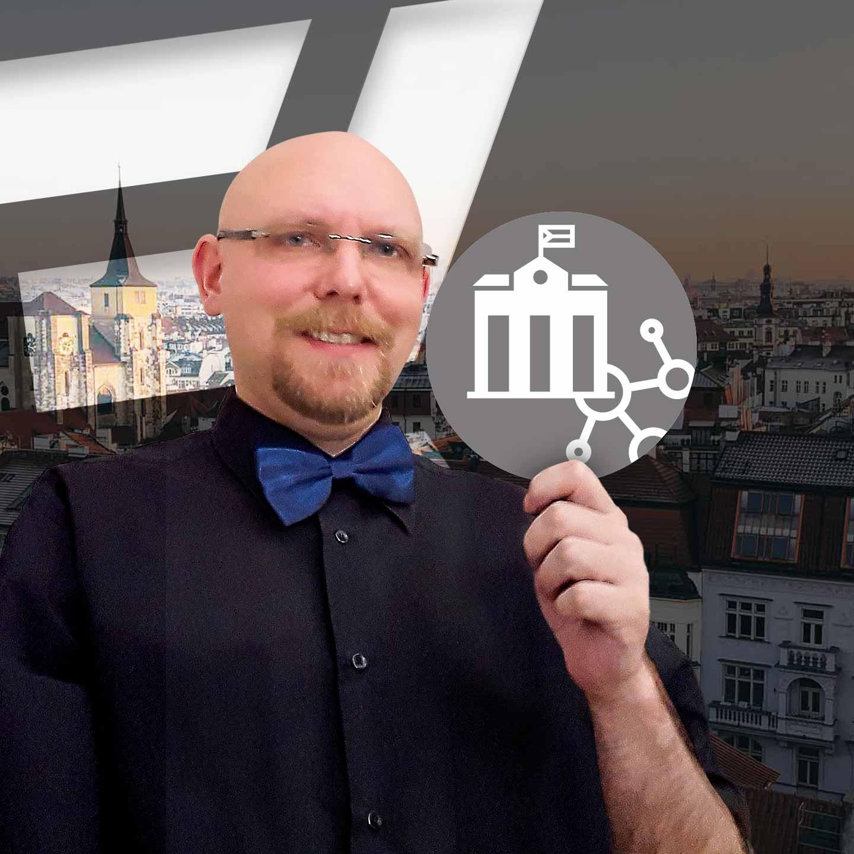 Jára Ludvík z K-netu ukazuje logo K-net IT pro Veřejnou Správu