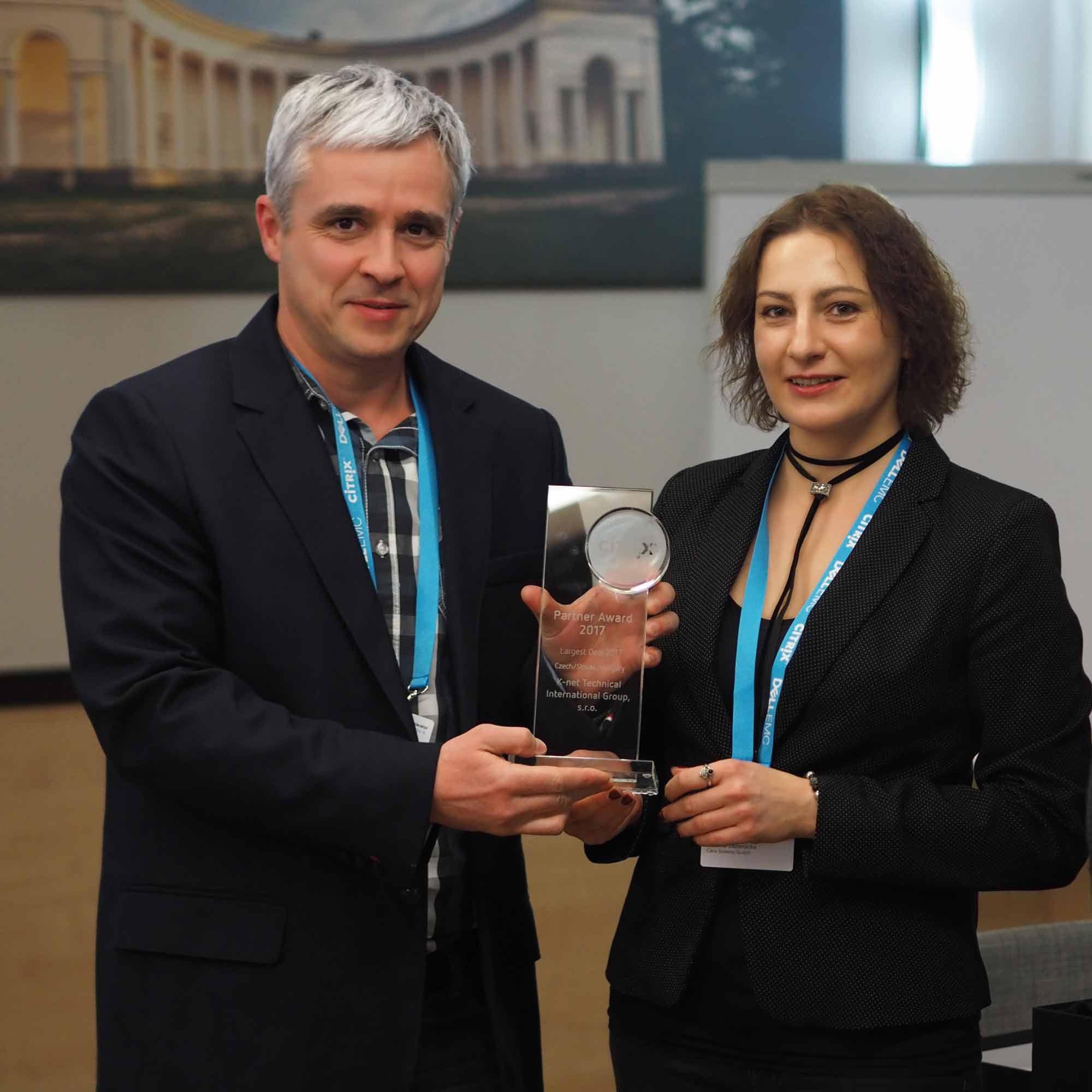 Michal Stourac dostává pohár partnerství K-net s Citrix