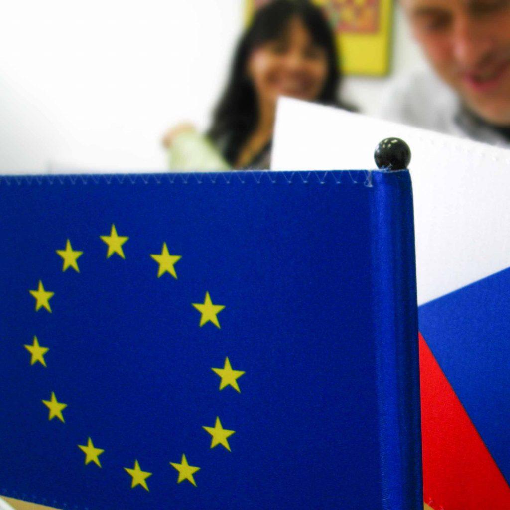 pohled na české a evropské vlajky