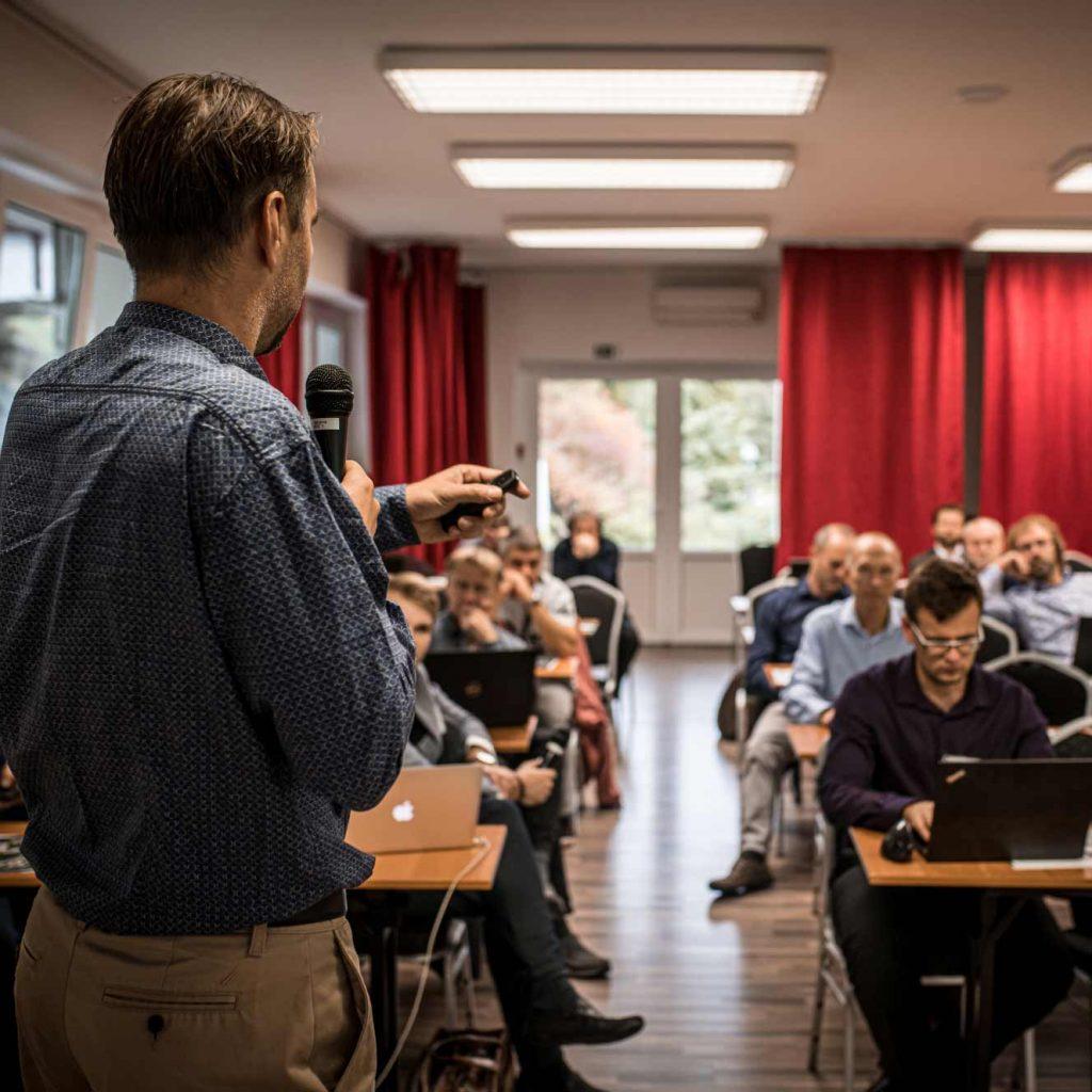 Petr Nepustil z K-netu pořádá konferenci během 15. zákazníkého dne