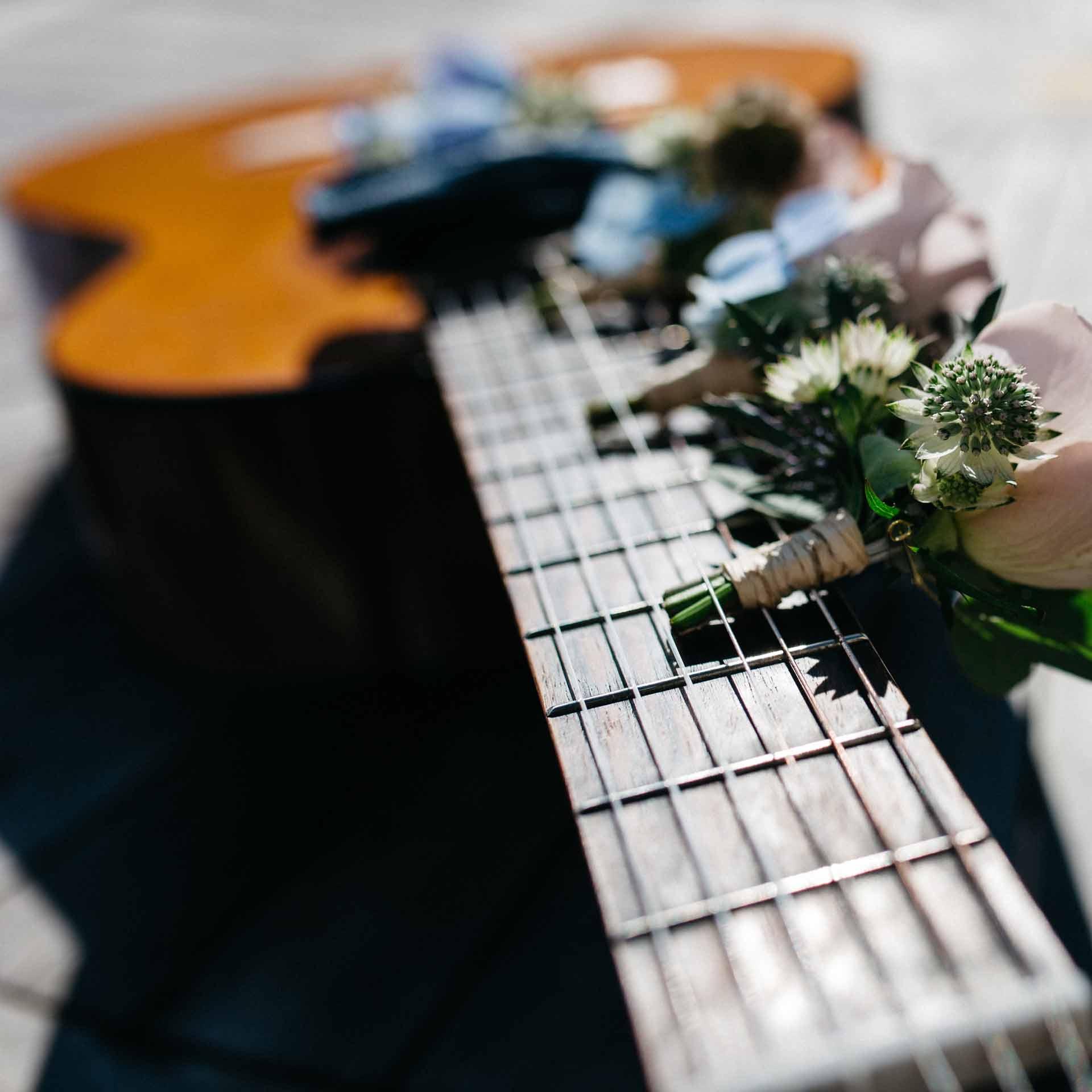 květiny visí na kytaru