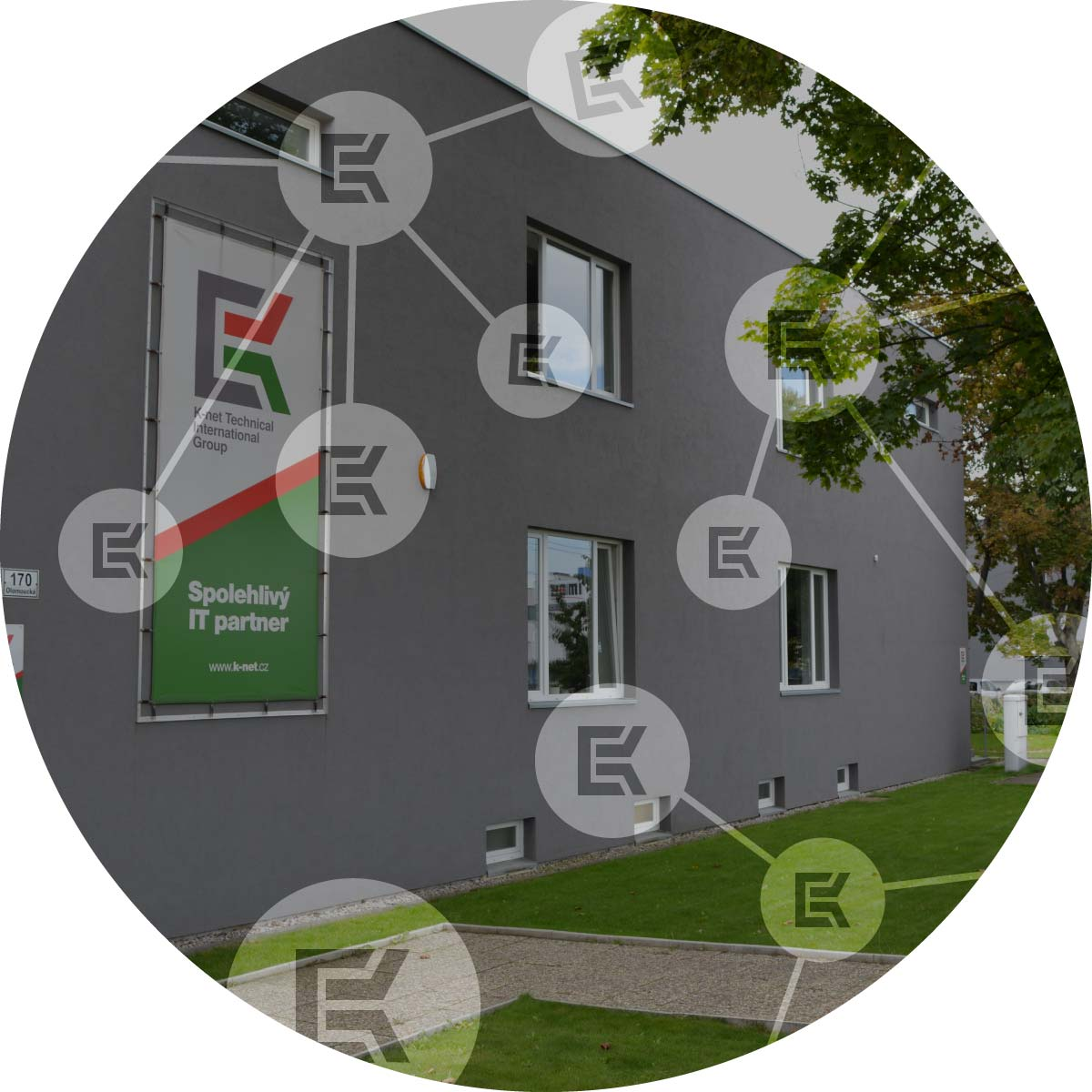 pohled na budovu K-netu v Brně s ikonami z loga K-netu