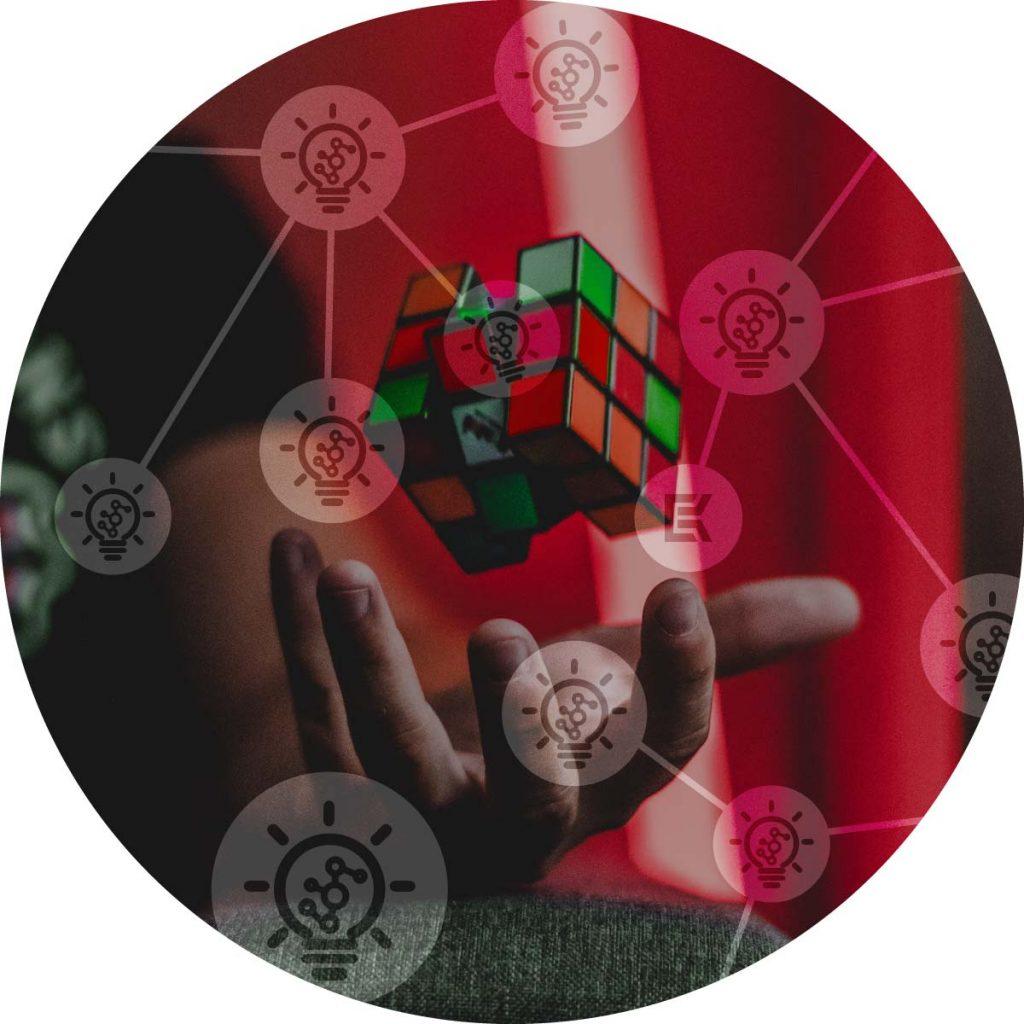 muž drží v ruce puzzle s ikonami řešení K-netu