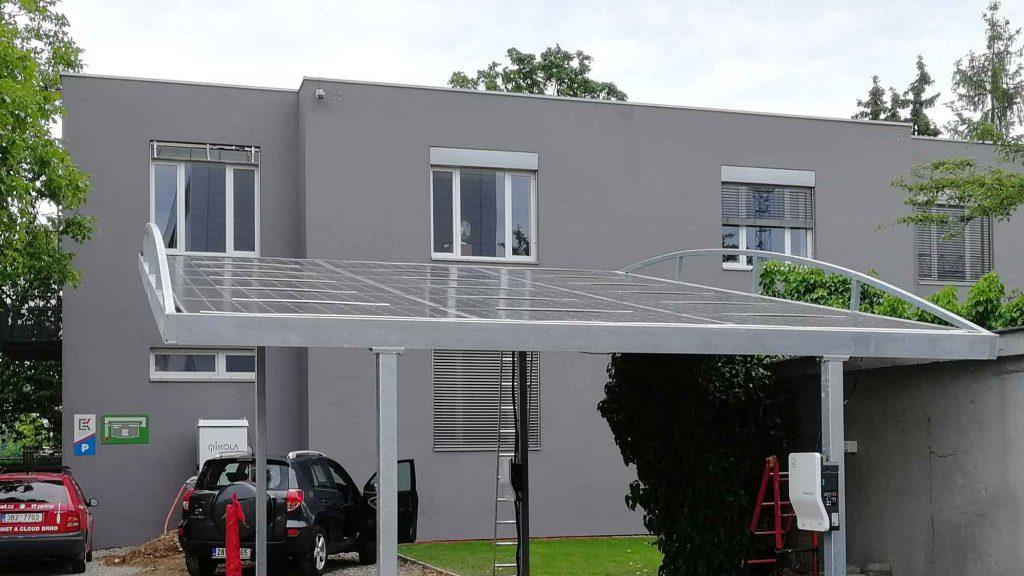 pohled na detail fotovoltaické panely na přístřešku garáže K-net vBrně
