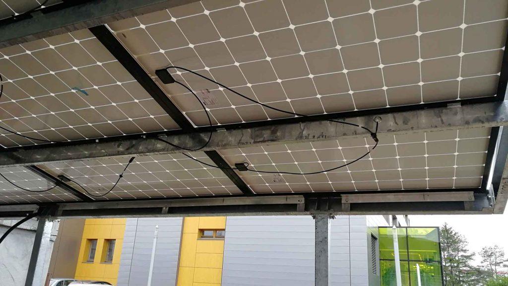 pohled na detail fotovoltaických panelů na přístřešku garáže K-net vBrně
