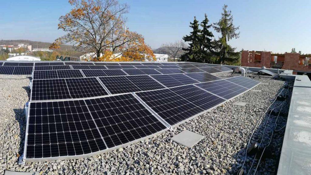 pohled na fotovoltaické panely na střeše budovy K-netu vBrně