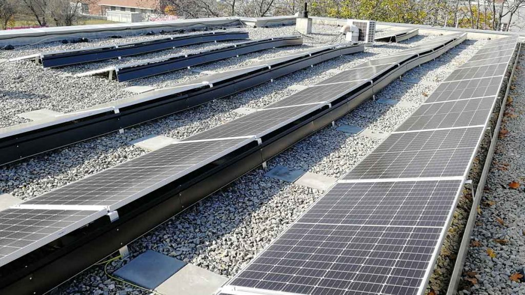 pohled na detail fotovoltaických panelů na střeše budovy K-netu vBrně