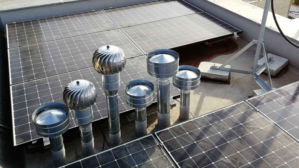 pohled na detail fotovoltaických panelů na střeše budovy K-netu vOlesnici