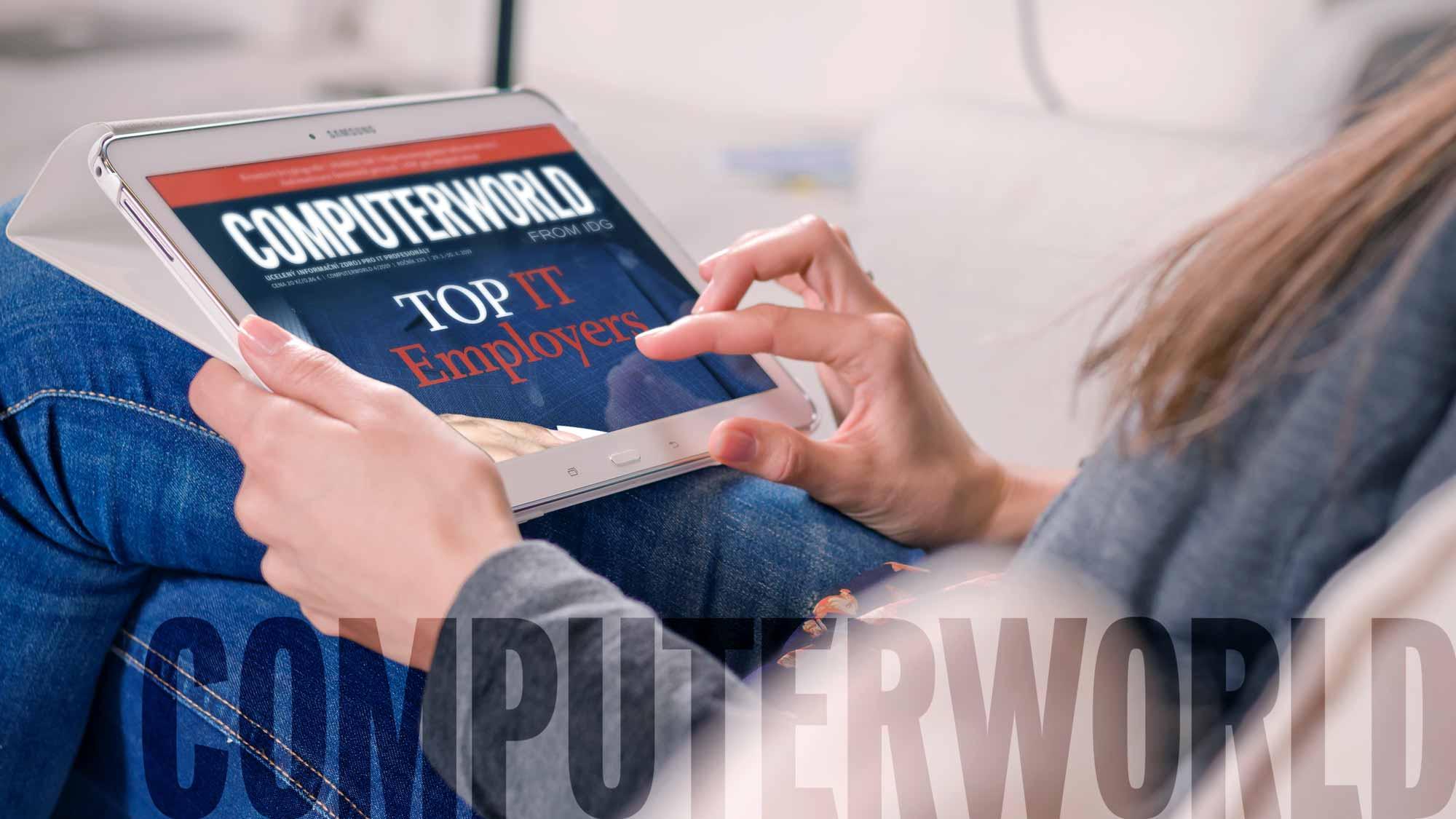 """žena konzultující časopis """"Computerworld"""" na svém tabletu"""