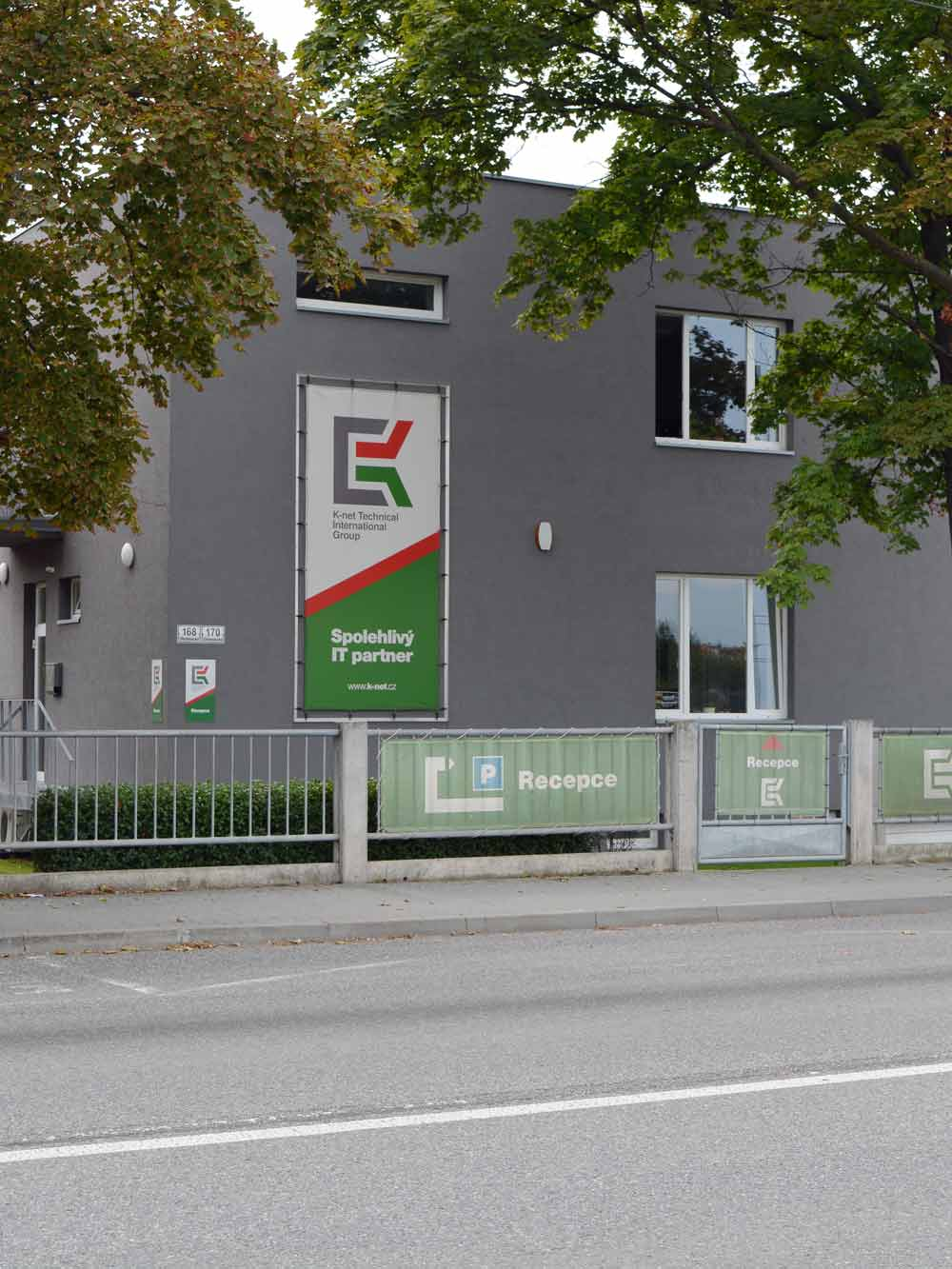 Pohled na budovu K-net v Brně, na ulici