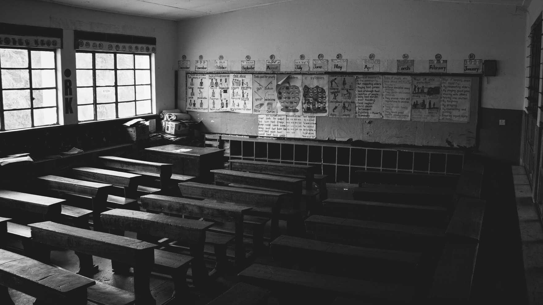 Prázdná školní třída bez žáků.