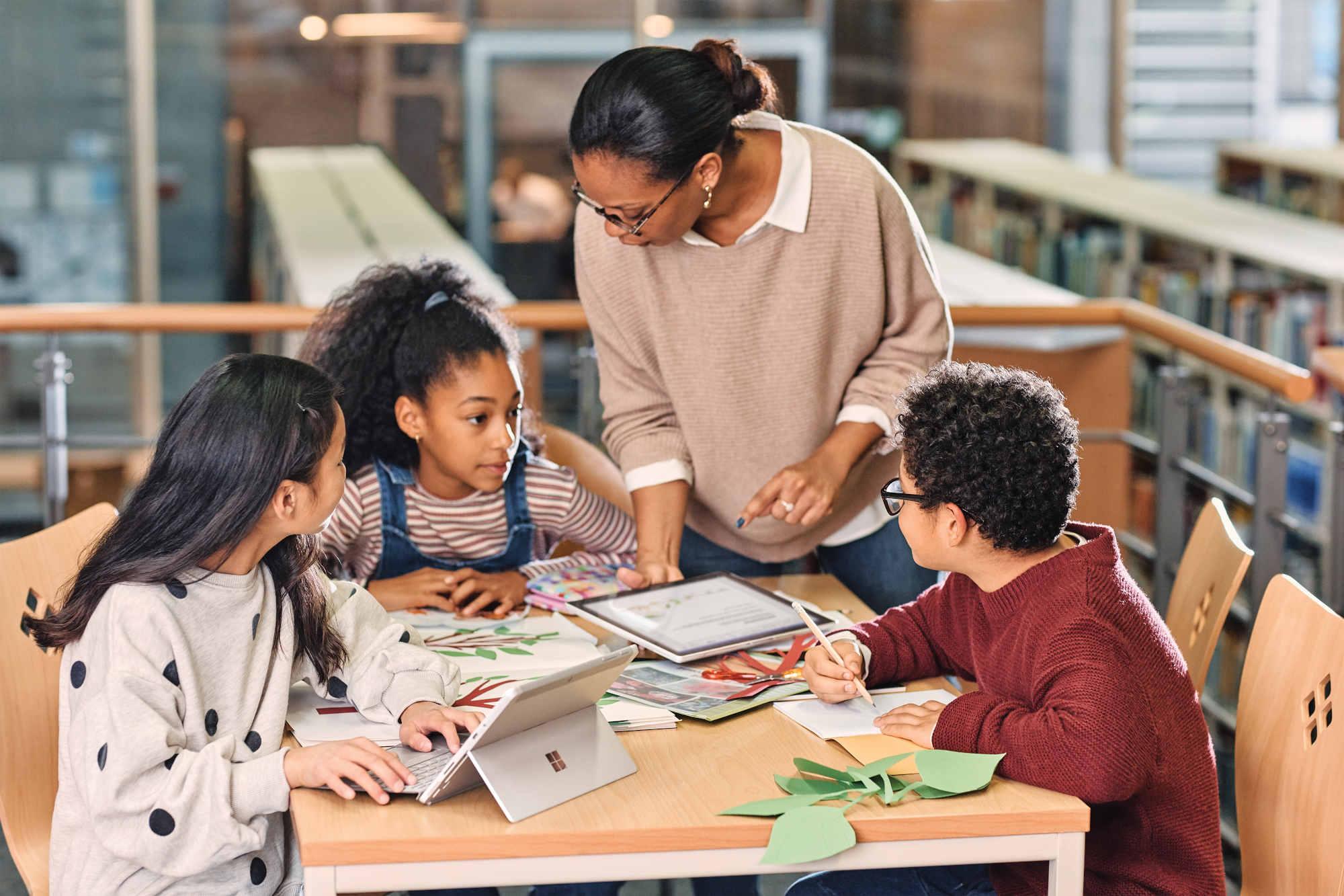 Americká učitelka vysvětluje žákům na tabletu Microsoftu Surface