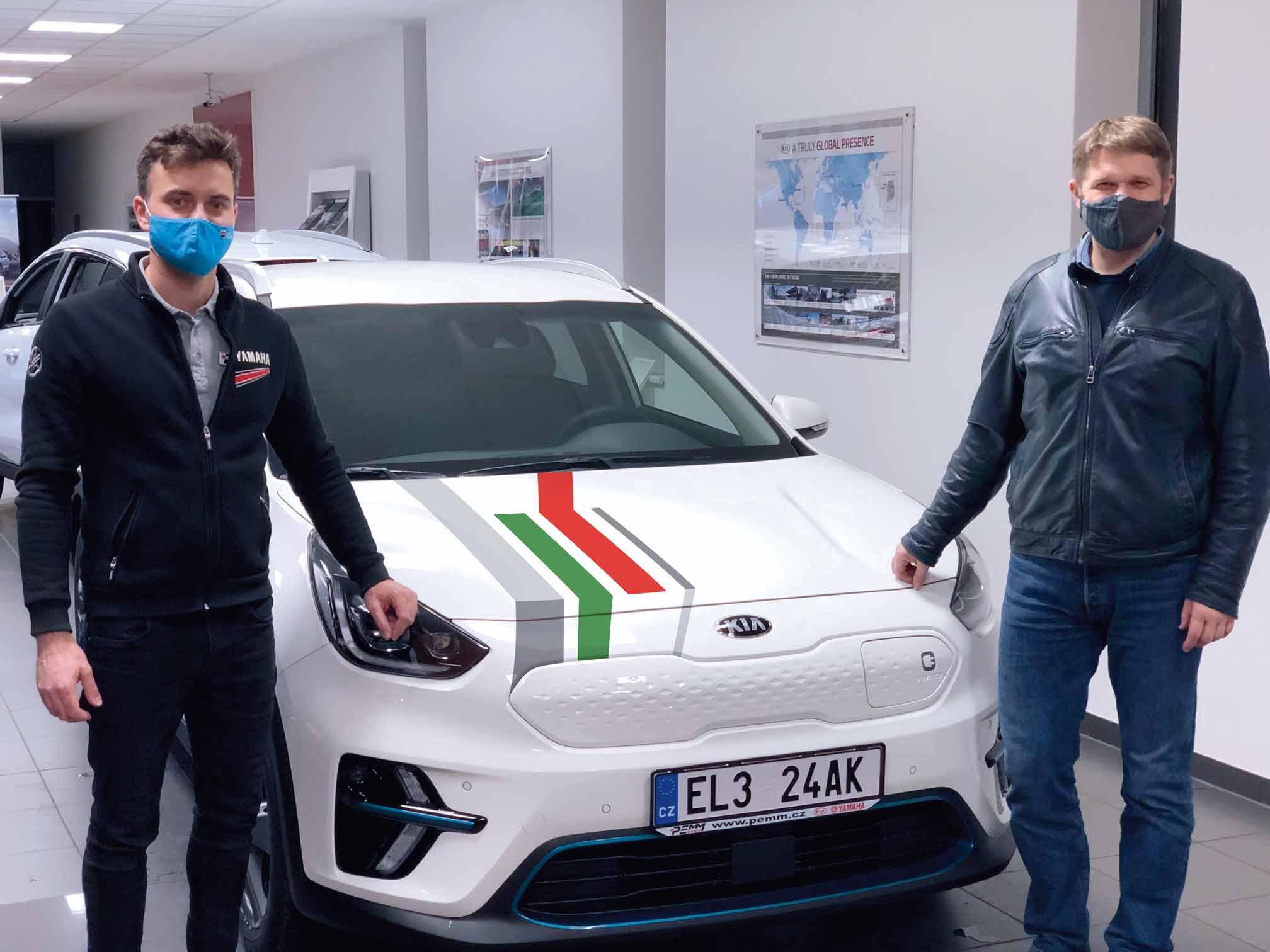 Pan Soukup ze společnosti PEMM Brno s.r.o. předává panu Knettigovi elektromobil KIA.