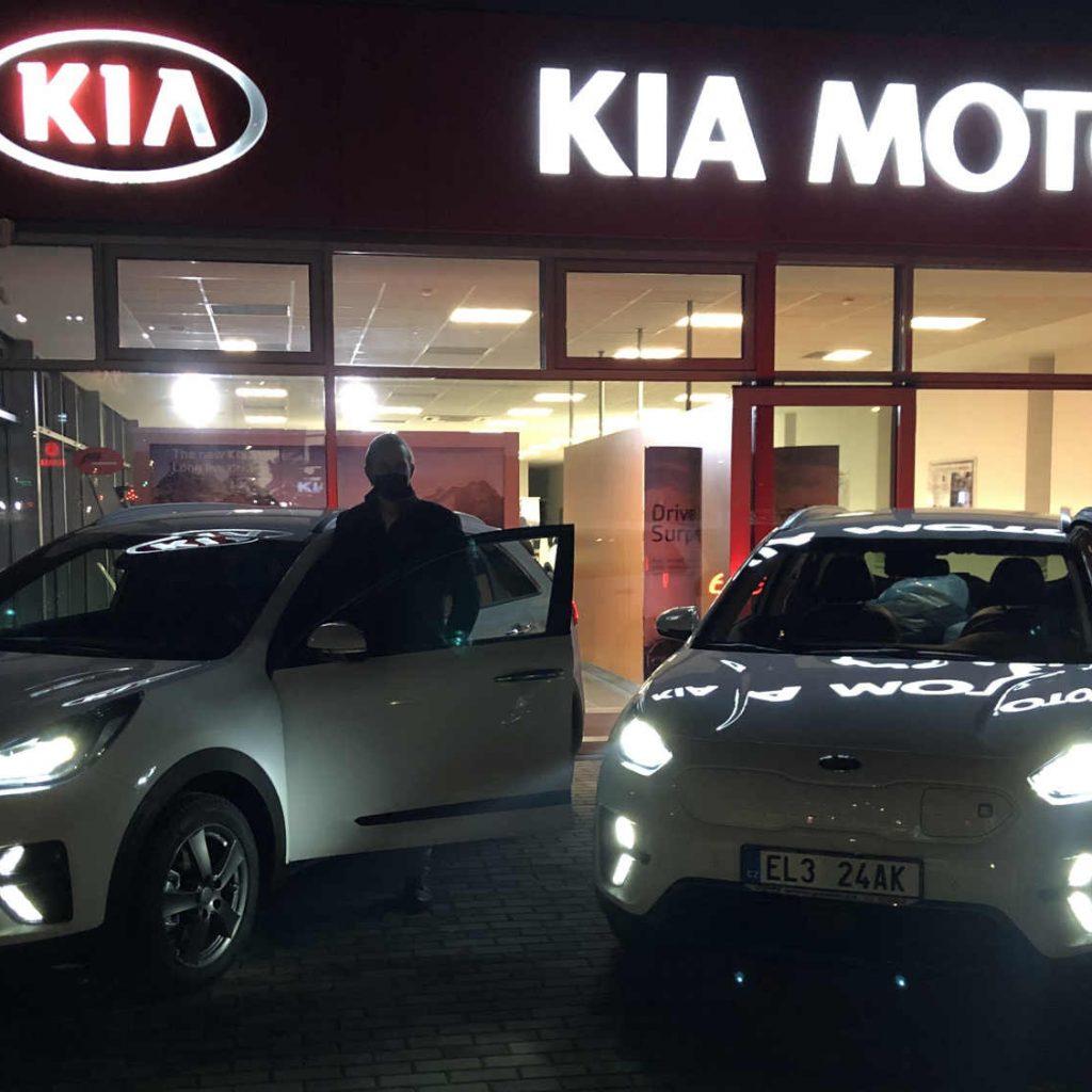 Nové elektromobily značky Kia před autosalonem